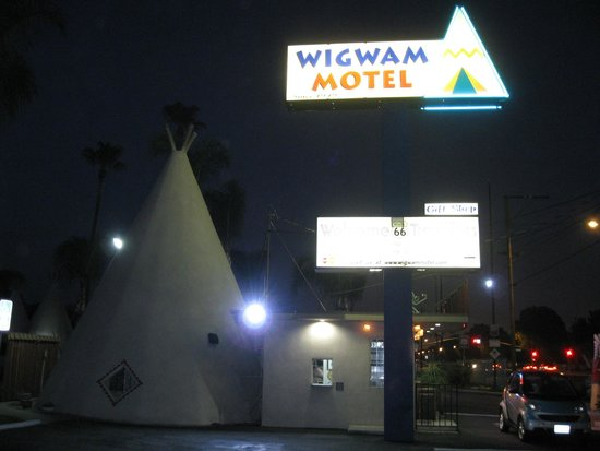 Wigwam Motel : Motel lighting at night.