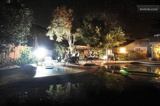 Great Energy Bed and Breakfast: pool at night