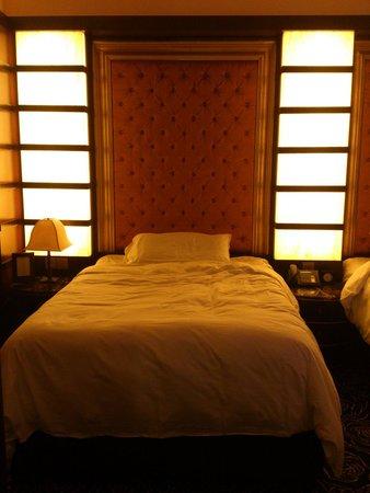Resorts World Sentosa - Crockfords Tower: Nice cosy bed