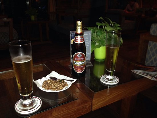Prince D'Angkor Hotel & Spa: Happy Hour at the Sapphire Bar