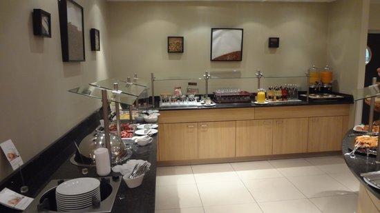 Mercure Airport Hotel Berlin Tegel: 朝食のカウンター 飲み物、シリアル、多種のパン。