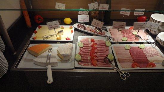Mercure Airport Hotel Berlin Tegel: ハム、チーズ、他にもフルーツ。