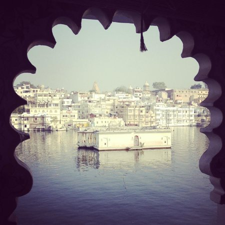 Lake Pichola Hotel: View across the lake from hotel