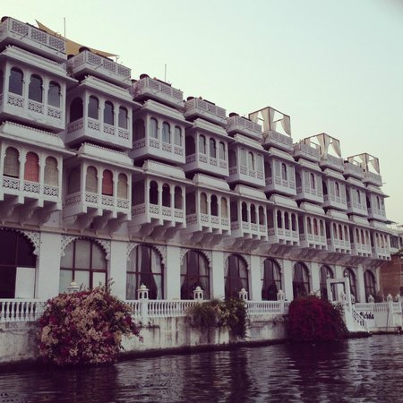 Lake Pichola Hotel: View of the hotel from the water