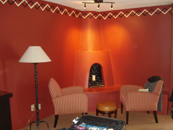 Inn and Spa at Loretto: Room freakishly red.