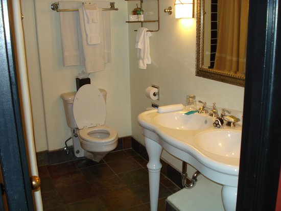 Inn and Spa at Loretto: Bathroom, O.k.