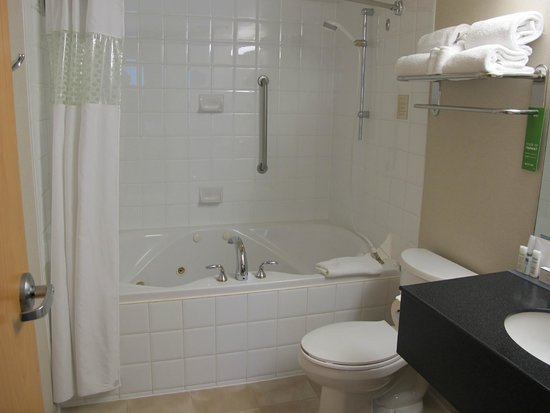 Hampton Inn & Suites Downtown Vancouver: bathroom of Room 910.