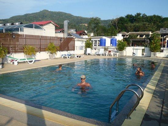 YK Patong Hotel: Бассейн на крыше отеля