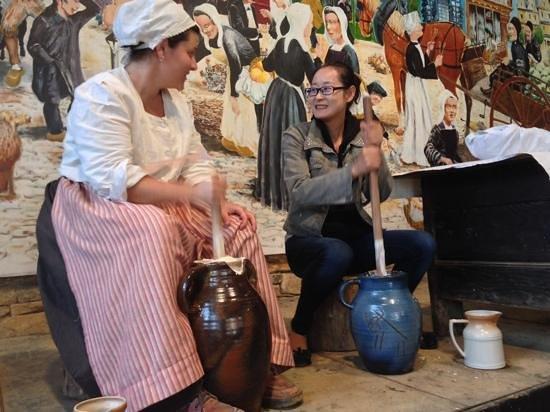 Village de Poul-Fetan : Xiawen, Chinoise, participe a la fabrication du beurre !