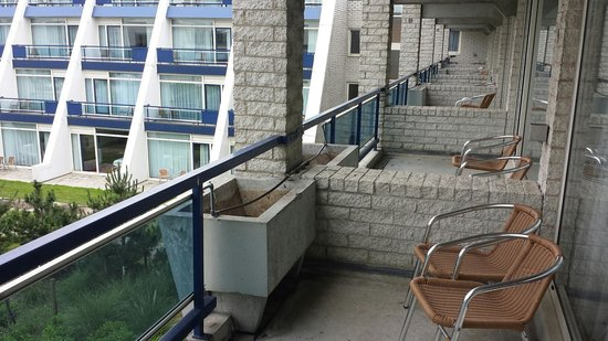 Van der Valk Hotel Schiphol : Nice spacious balconies with table and chairs