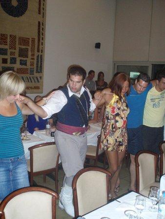Kriti Beach Hotel: танцы