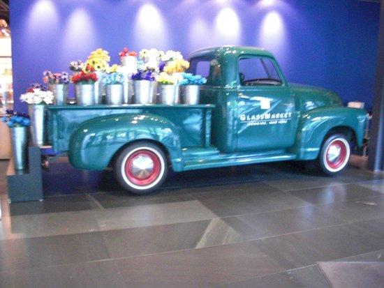 Corning Museum of Glass: Pick up Truck with Glass Flowers