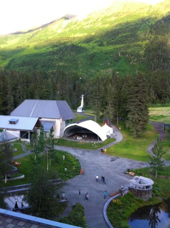 Hotel Alyeska: Tram area in the back if the hotel