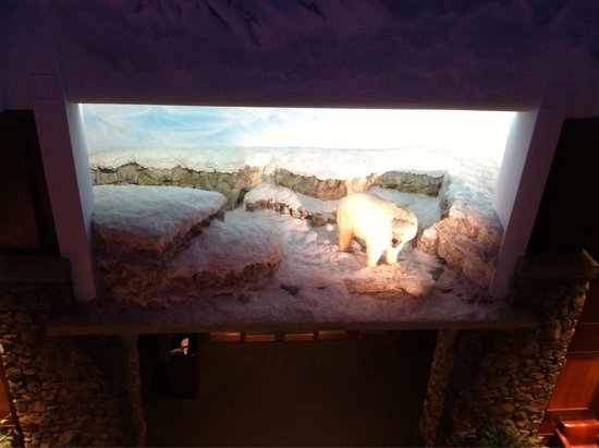 Hotel Alyeska: Polar bear in lobby