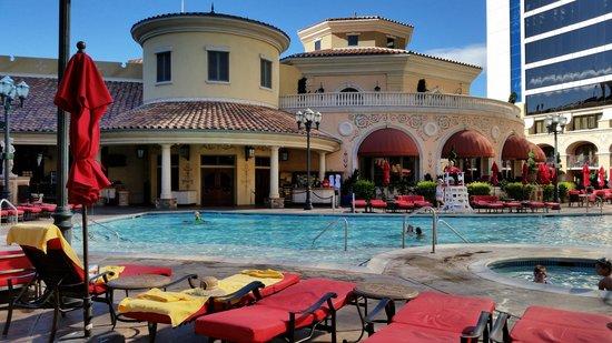Peppermill Resort Spa Casino: poolside