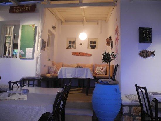 Tzi-Tzi Taverna : Our cosy niche where we ate!