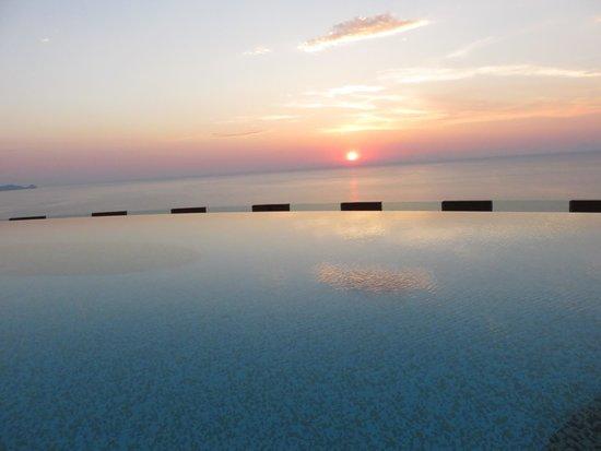Hotel Avalon Sikanì: Coucher du soleil sur la piscine