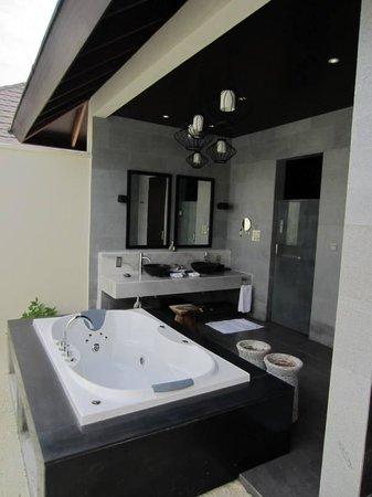 Atmosphere Kanifushi Maldives: Open air jacuzzi bath