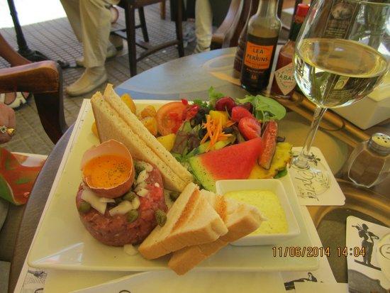 Cafe Opera: Une des nombreuses suggestions ( steak tartare )