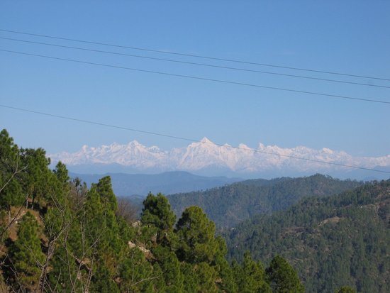 Mystic Mukteshwar Lodge: A view of the Himalayas from nearby