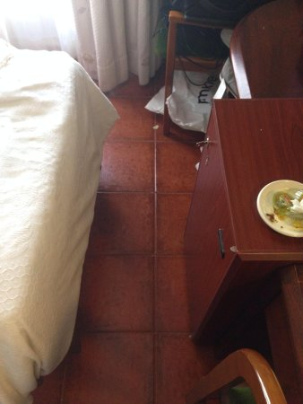 Hotel Florida: The space between the end of the bed and the desk