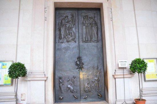 Salzburger Dom: 重い鉄の扉は高さは人の倍くらい。