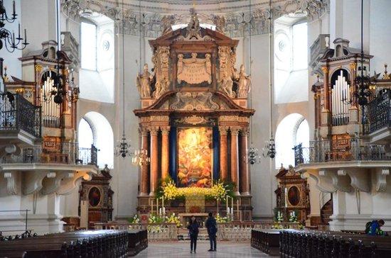 Salzburger Dom: 身廊は長さ101m。