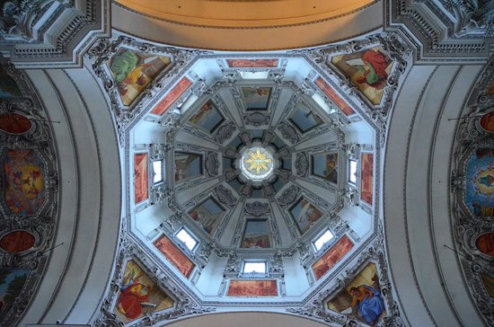 Salzburger Dom: ドームの明り取りと天井画