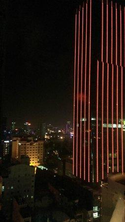 Liberty Central Saigon Riverside Hotel : по бокам от данного вида еще расположены две лестницы, по котором ходят вьеты