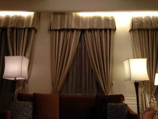 Fairmont Peace Hotel : クラシックホテルにつき窓は狭いです