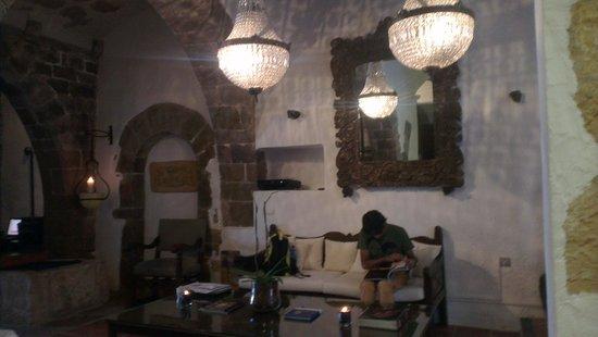 La Torre del Canonigo: Charming rustic lobby area