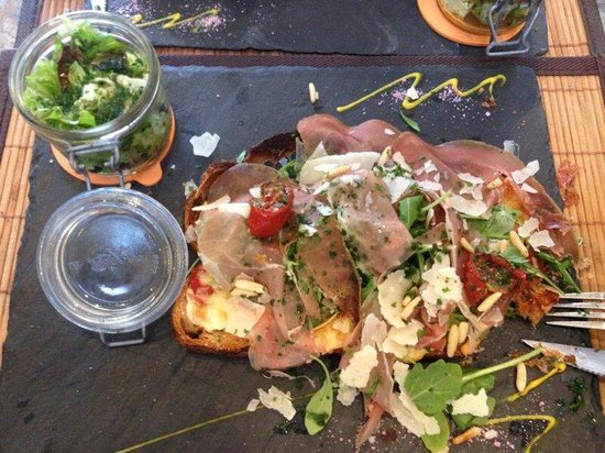 Stefiouz: Tartine sauce tomate roquette jambon cru tomates sechees parmesan pignons.. delicieuse