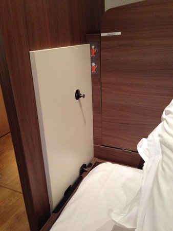 Privilodges Le Royal - Apparthotel : Étrange vis qui ressort de chaque côté du lit, a côté de nos têtes quand on dort ...