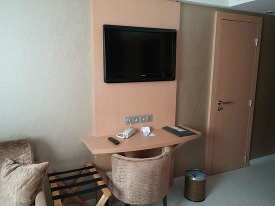 Best Western Plus Le Lavarin : TV and desk