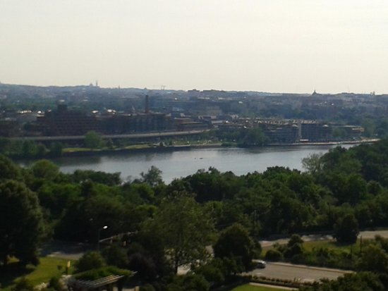 Holiday Inn Rosslyn @ Key Bridge: The View across Potomac from our room