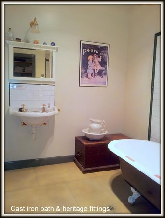 Bendalls Accommodation: Traditional bathroom with claw foot bath
