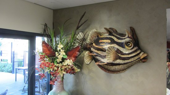 Loong Fong Seafood Restaurant: flowers and a fish