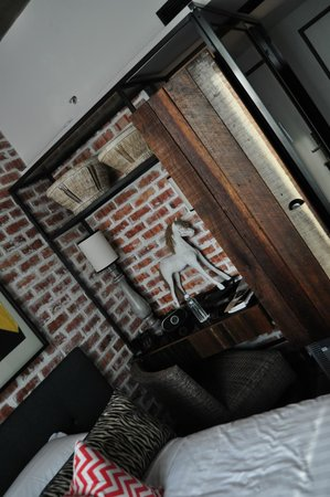 M Boutique Hotel, Ipoh: Small desk