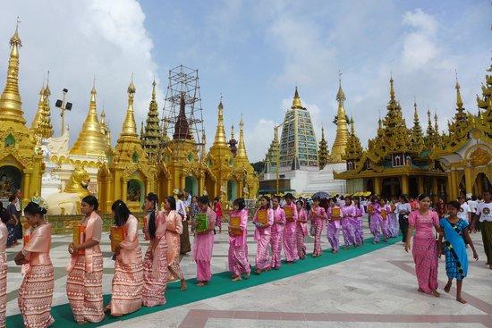 Pagode Shwedagon : beautiful ladies