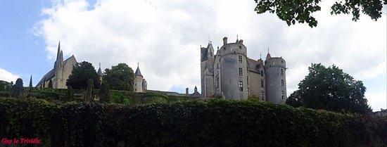 Chateau de Montreuil-Bellay : Le château vu des bord de la rivière Thouet!