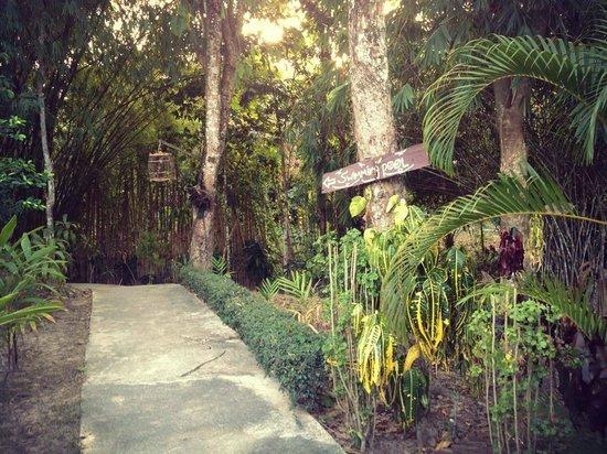 Ao Nang Baan Suan Resort: Garden walkway