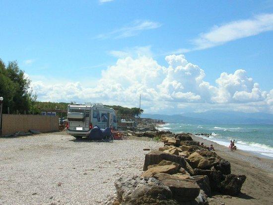 Capaccio-Paestum, Italy: area di sosta camper davanti al mare