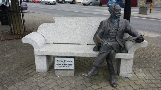 Cavan County Museum : Statue of Percy French in Ballyjamesduff.