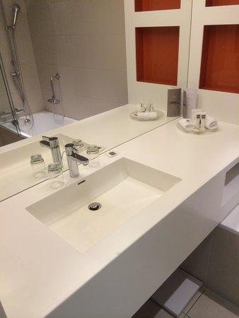 Swissotel Le Plaza Basel: Salle de bain de la chambre double
