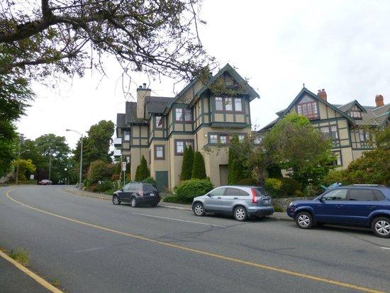 Abigail's Hotel: Das Hotel liegt zentral, aber direkt an der Strasse