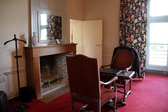 Chateau de Chissay : chambre et meubles presques anciens