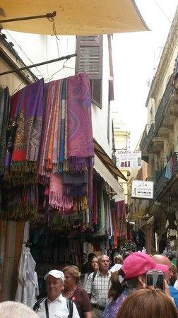 Tangier Casbah : 人と土産物屋が一杯