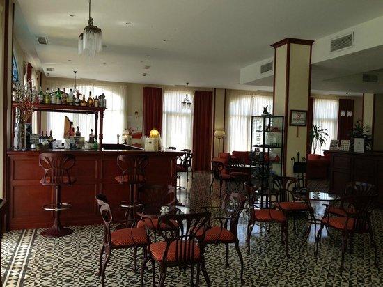 Labranda Reveron Plaza: Tradisjonell bar i resepsjonsområde