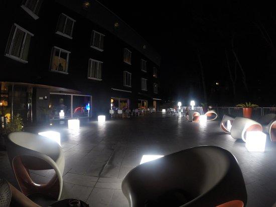 Black Hotel: Terasse vor dem Hoteleingang
