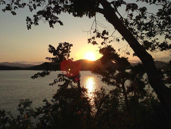 Discovery Island Resort and Dive Center: Le coucher de soleil depuis notre bungalow